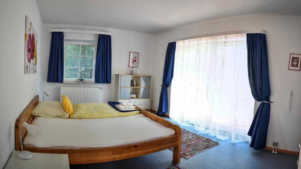 Doppelzimmer mit großer Fensterfront